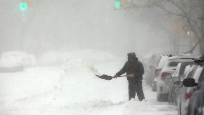 Man-shovels-snow-jpg_20160123160805-159532
