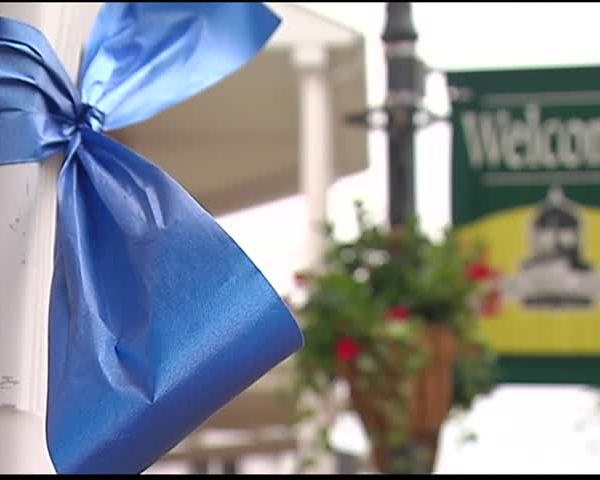 Newburgh Women-s Club Ties Blue Ribbons to Honor Cops