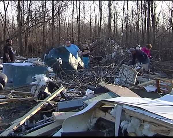 Looters in tornado debris_84406586