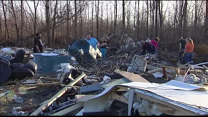 Looters in tornado debris_84406586