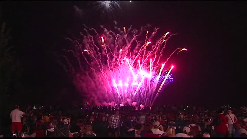 Fireworks Show in Owensboro Draw Thousands_13076255