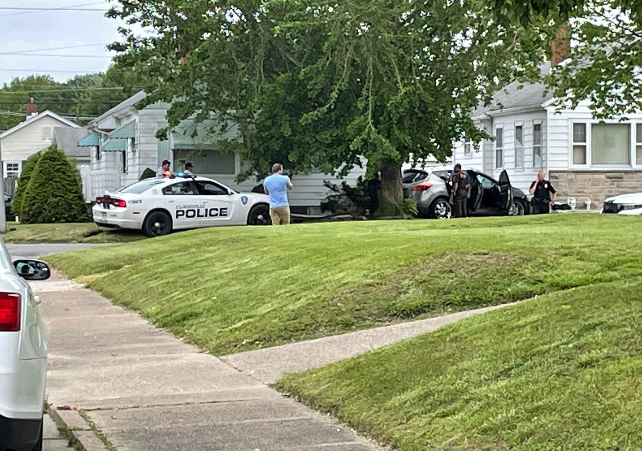 Police chase / Crash into house